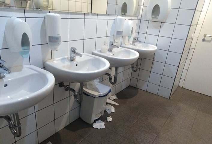 Miskolc: így néz ki egy ellenzéki város hivatalának mosdója járvány idején