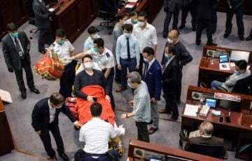 Ellenzéki képviselők dulakodtak a házelnök biztonsági őreivel